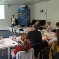 Referentin hält Vortrag vor Seminargruppe