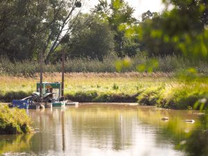 Ein Saugspülbagger entschlammt die Alte Elbe Klieken