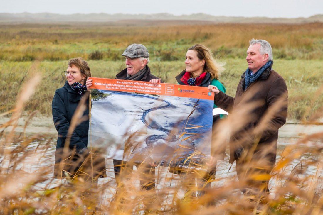 Silke Schneider, Michael Beier und Detlef Hansen zeigen das Bild des Fotografen Martin Stock, das bei Wettbewerb Deutschlands schönste Naturwunder die meisten Stimmen erhielt. -Foto: M. Stock