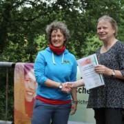 Die niedersächsische Umwelt-Staatssekretärin Almut Kottwitz überreichte Dr. Neele Larondelle von EUROPARC Deutschland e. V. feierlich die Auszeichnung. (Foto: Emsland Moormuseum)