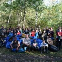 Eine große Aktion ist (erschreckend) erfolgreich abgelaufen. Die Junior Ranger und Freiwilligen waren entsetzt, wie viel Müll am Muldestausee herumliegt. Am Ende standen 60 mit Plastikmüll gefüllte blaue Säcke, 10 Autoreifen, sowie kaputte Bierkästen und einige große Kanister auf einem Haufen. - Foto: Biosphärenreservat Mittelelbe