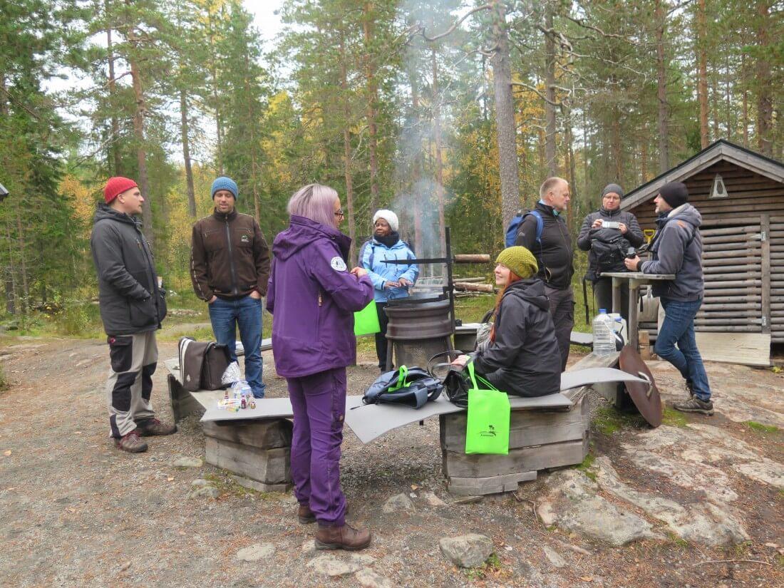 Gruppe an einem Rastplatz im Wald
