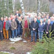 Der Großteil der  Ehrenkolloquium-Teilnehmer versammelte sich am Ende noch zum Gruppenfoto vorm Hans-Eisenmann-Haus (Foto: Gregor Wolf/Nationalpark Bayerischer Wald)