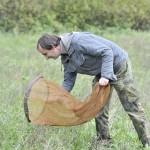 Freiwilliger untersucht Insektenbestand im Biosphärenreservat Oberlausitzer Heide- und Teichlandschaft