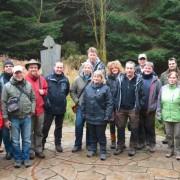 Gruppe von Freiwilligenkoordinatoren in Waldumgebung