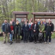 Gruppe vor Infotafel im Wald