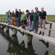 Gruppe steht auf Brücke